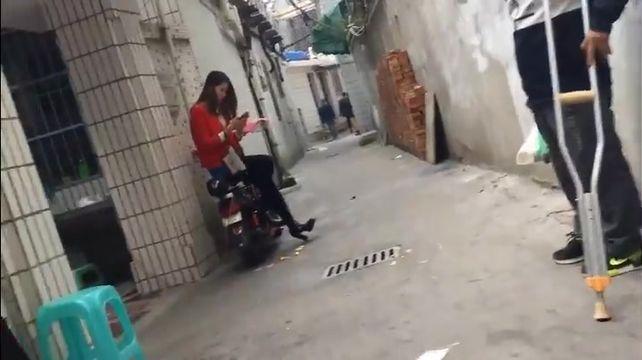 胖哥路过城中村偶遇坐在电动车上等客的漂亮妹子100块有找双视角拍摄