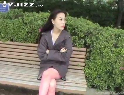韩国骚货穿上露逼丝袜大胆在户外淫荡