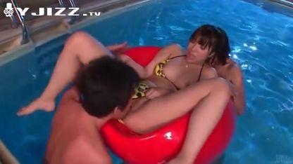 在游泳池里被两个男人舔逼玩弄