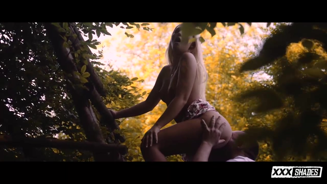 与金发美人在大自然中享受性爱的乐趣